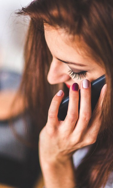 Una chica al móvil