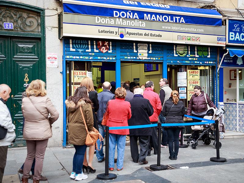 Típica cola para comprar lotería en Doña Manolita