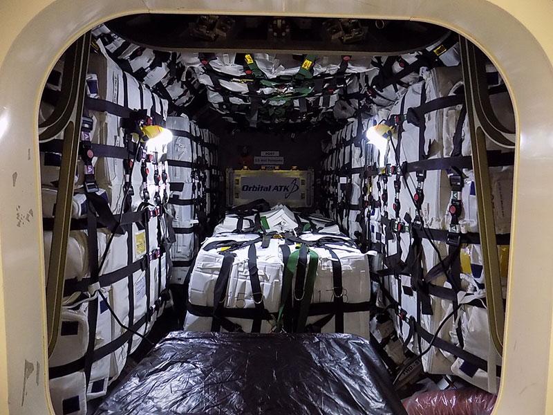 Interior de la Cygnus OA–6 antes del cierre para su lanzamiento