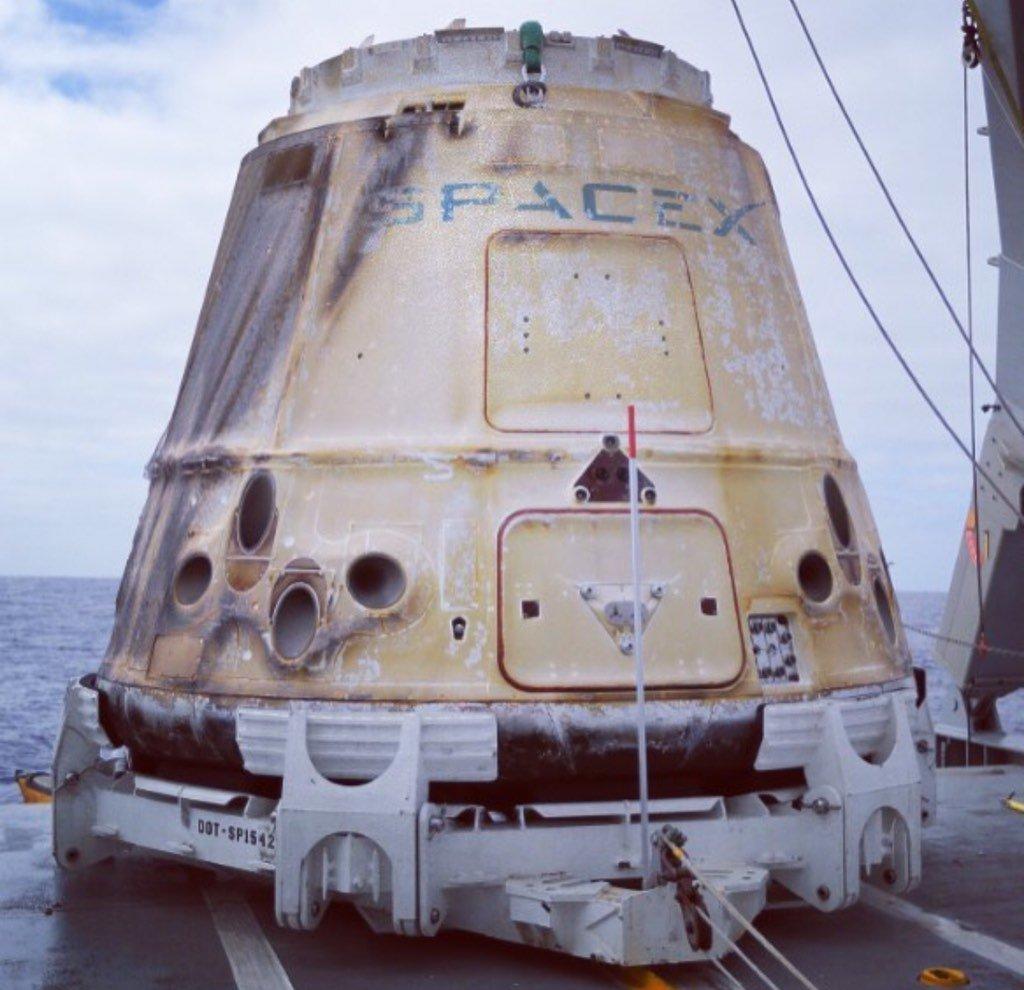 La Dragon 9 a bordo de la barcaza de recuperación