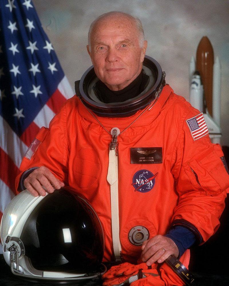 John Glenn a los 77 años con su traje de astronauta