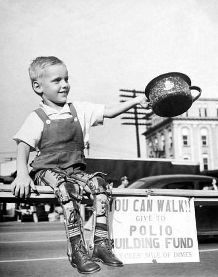 Niño incapacitado por la polio