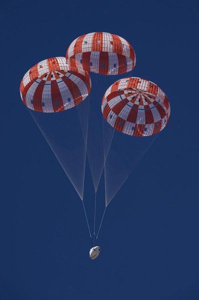 Tres paracaídas