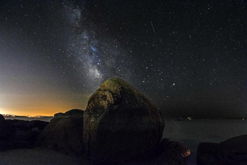 La Vía Láctea, Marte, Saturno, Antares y una estrella fugaz vistos desde O Grove