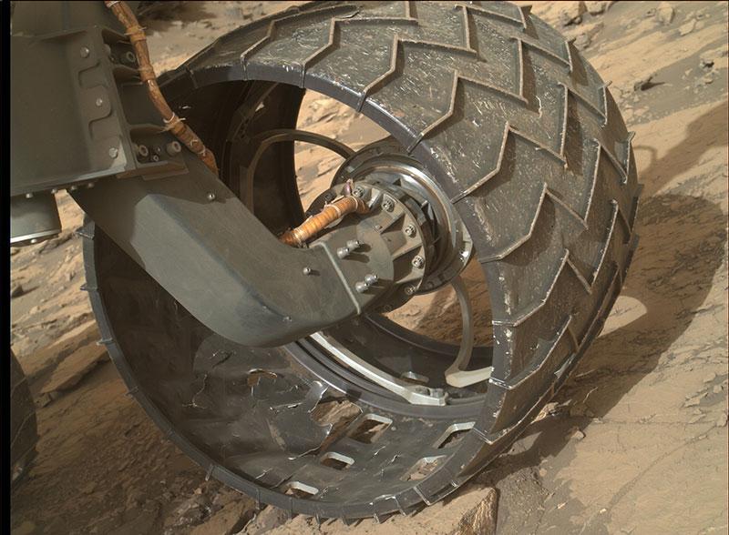 Una de las ruedas de Curiosity el 18 de agosto de 2016