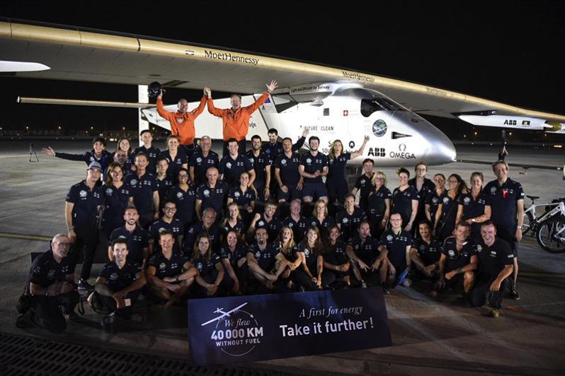 Pilotos y equipo lo celebran