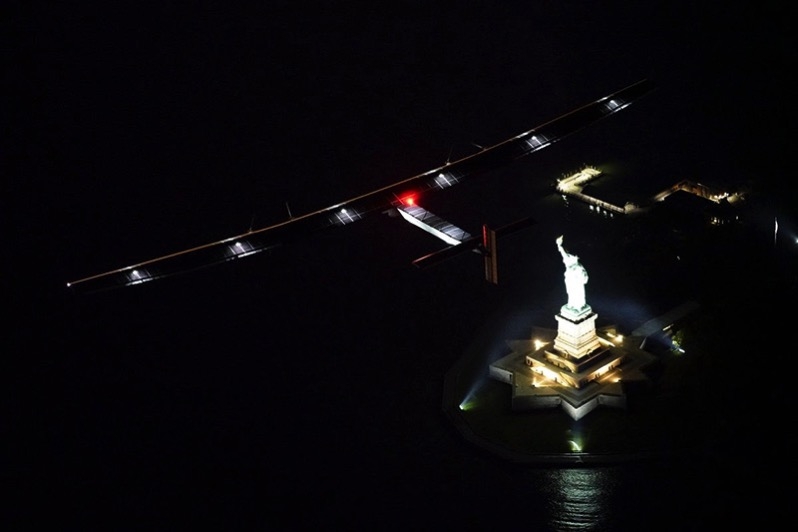 El Solar Impulse 2 sobrevuela Lady Liberty