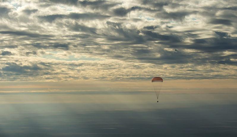 La MS–01 bajo su paracaídas