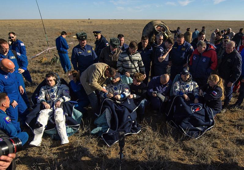 Primeros momentos en tierra de la tripulación de la Soyuz MS-02