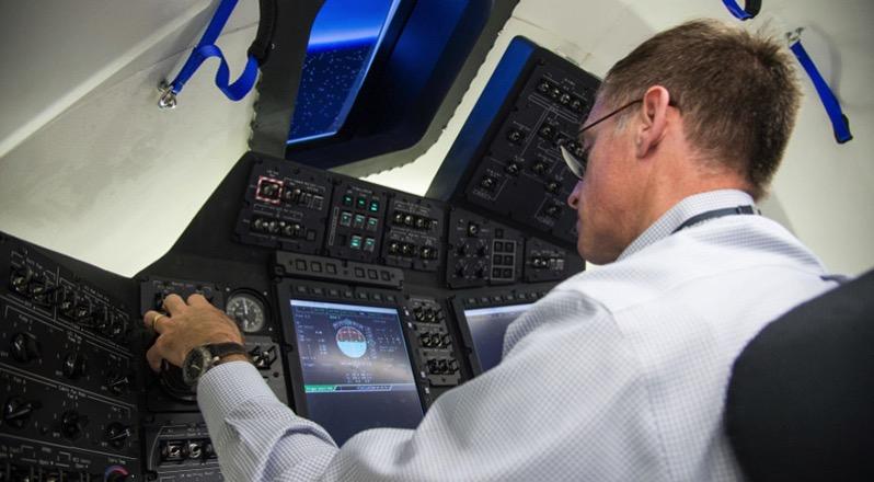 Un empleado de Boeing en un simulador de la Starliner