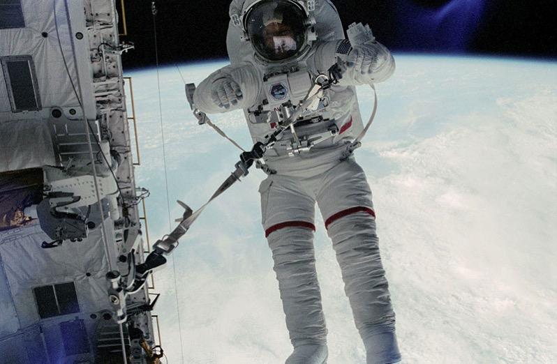 Story Musgrave en una EVA durante la misión STS6