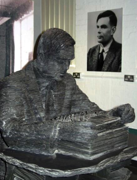 Estatua y fotografía de Turing en Bletchley Park